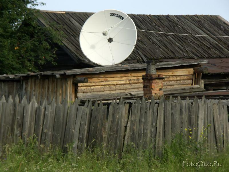 Старый дом со спутниковой тарелкой