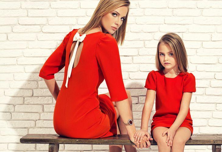 Одинаковые красные платья для мамы и дочки
