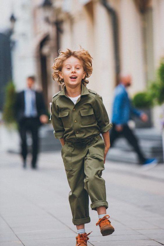 Мальчик в костюме хаки