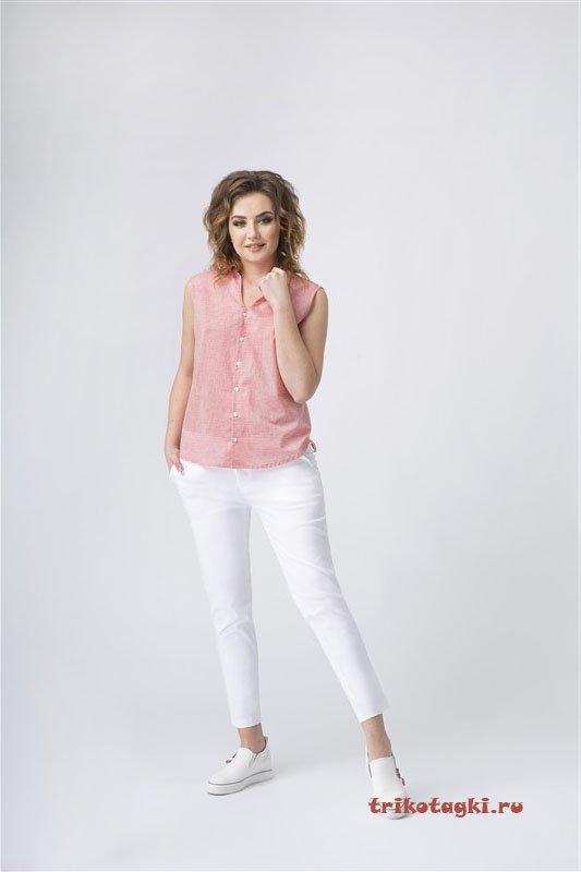 Белые брюки и розовая блузка на пуговицах