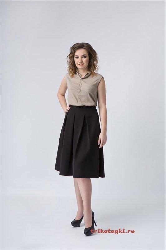 Кофейная блузка и черная юбка