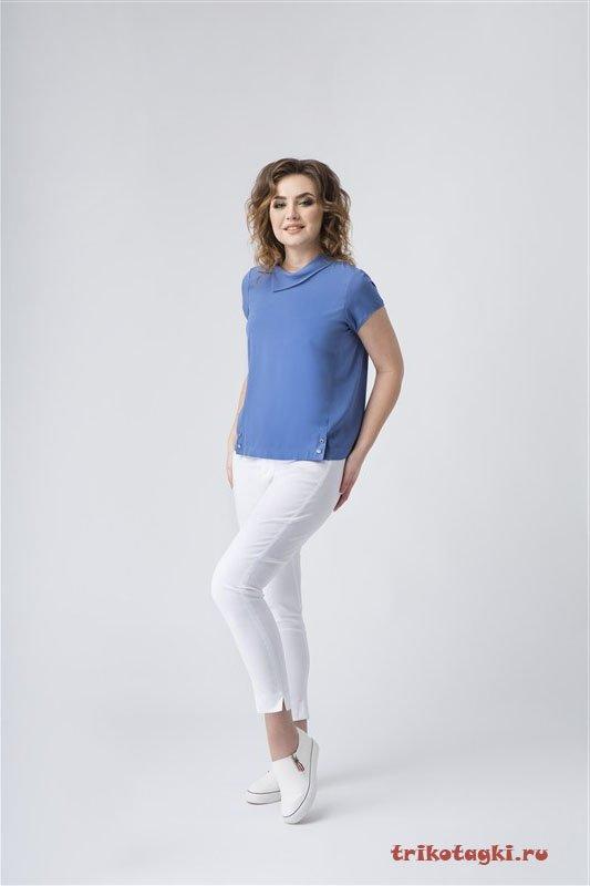 Голубая блузка и белые брюки