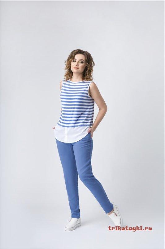 Полосатый голубой топ и синие брюки