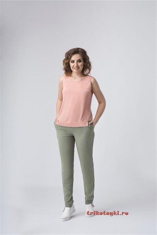 Зеленые брюки и розовый топ