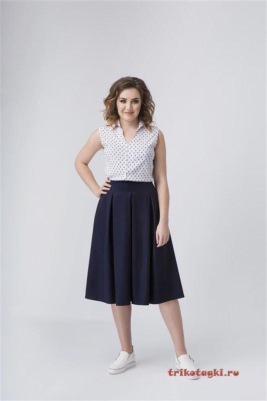 Блузка с рябью и черная юбка