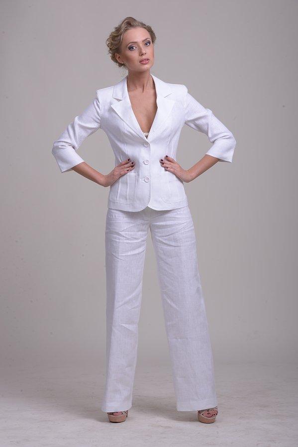 Белый льняной женский костюм