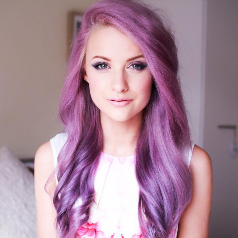 Девушка с фиалковыми волосами