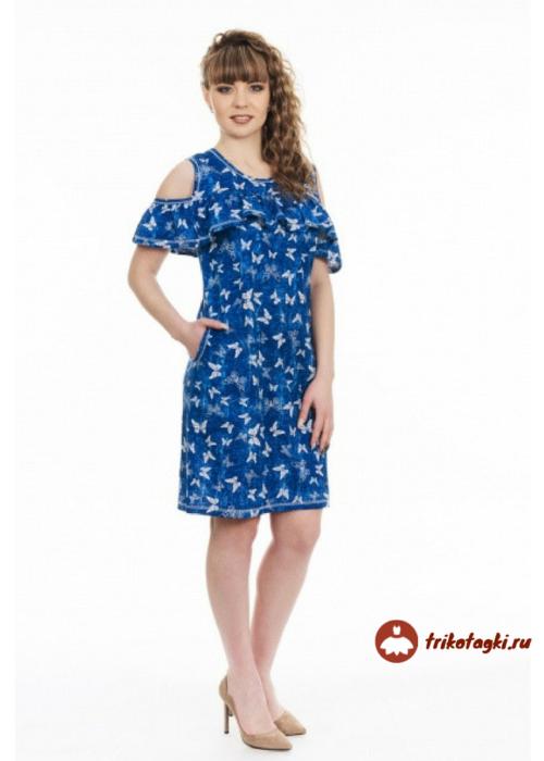 Синее платье с обнаженными плечами