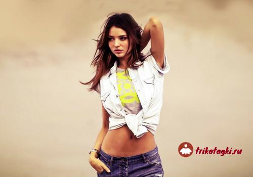 Девушка в желтом топе и белой джинсовке
