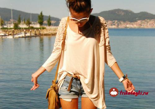 Девушка в джинсовых шортах с поясной сумкой