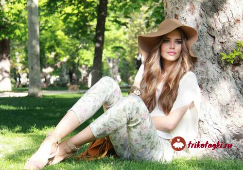 Девушка в коричневой шляпе на open air