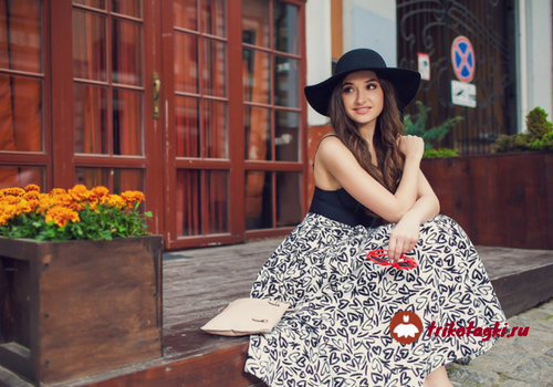 Девушка в черной широкополой шляпе