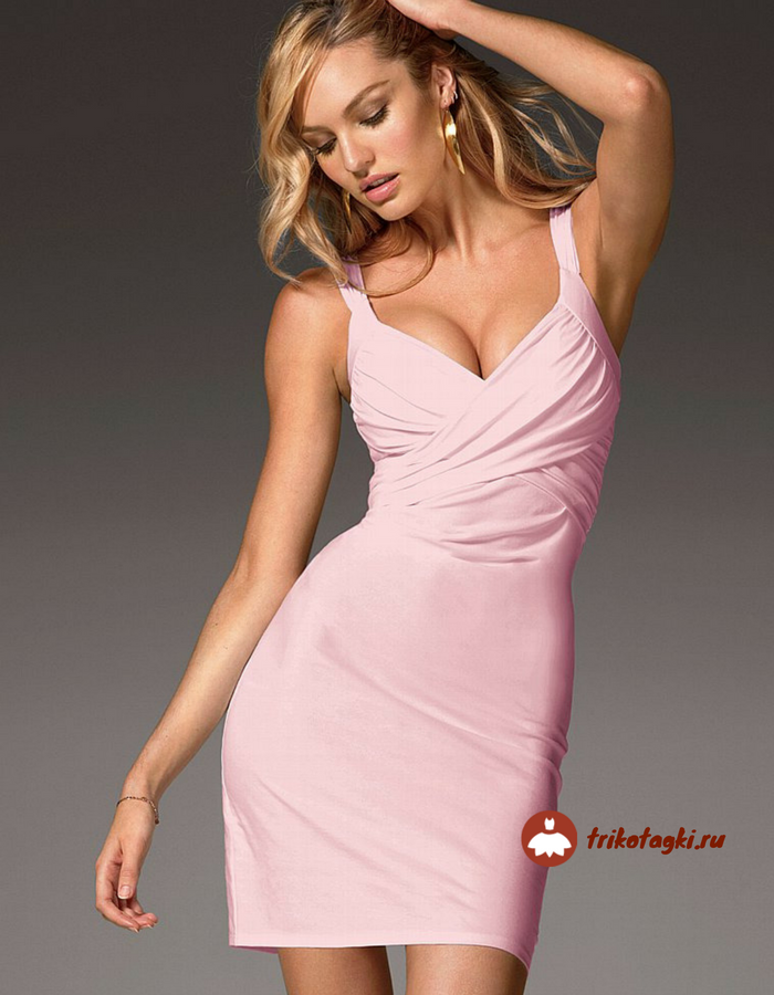 Розовое платье на бретелях с запахом