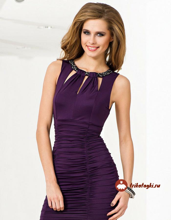 Фиолетовое платье с ювелирным вырезом горловины