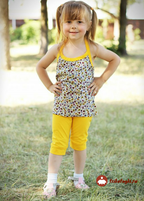 Костюм летний на девочку с маечкой и желтыми капри