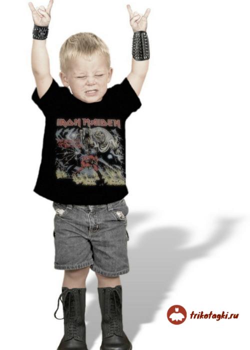 Мальчик в стиле рок в шортах, берцах и напульсниках