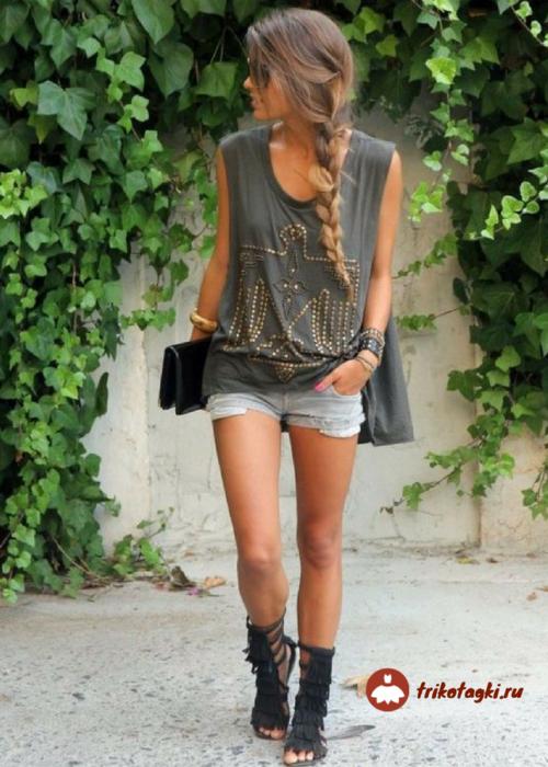 Девушка в шортах в стиле рок