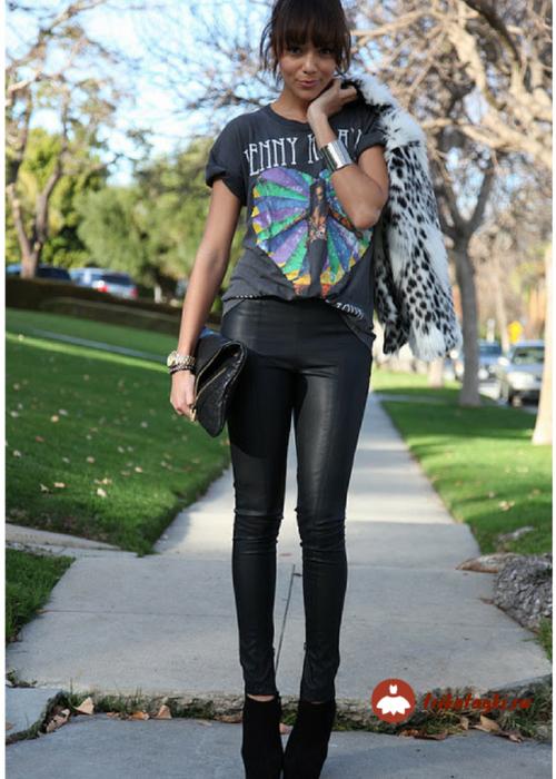 Женщина в кожаных легенцах в стиле рок