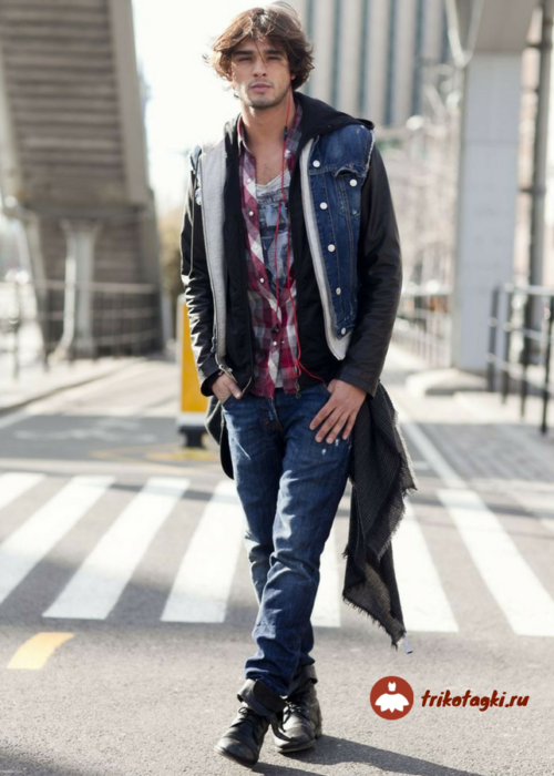 Мужчина в стиле рок в рваных джинсах и джинсовке