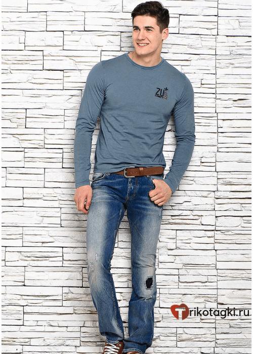 Модный мужской лук с джинсами и лонгсливом