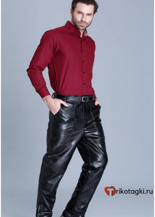Мужчина в кожаных брюках