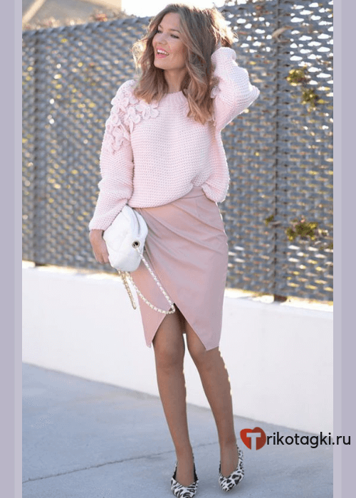 Девушка в юбке и свитере