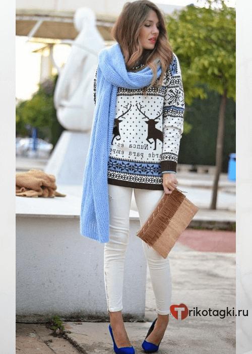 Девушка в свитере и брюках