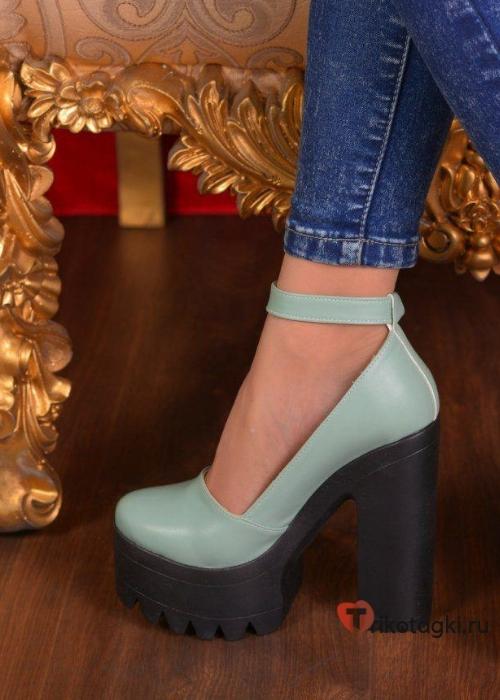 Голубые туфли на тракторной подошве