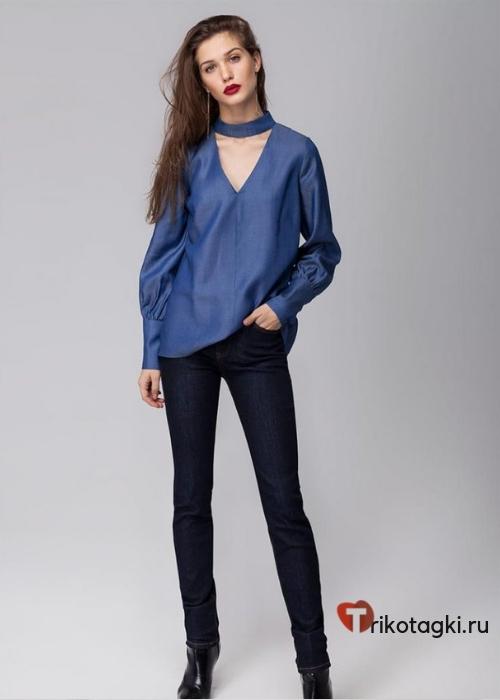Синяя блузка с V - образным воротом