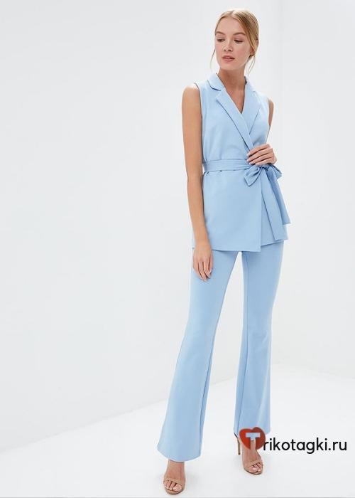 Брючный костюм женский голубой без рукавов