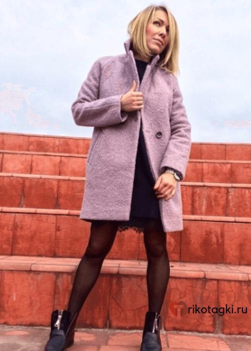 Модное пальто из твида розовое