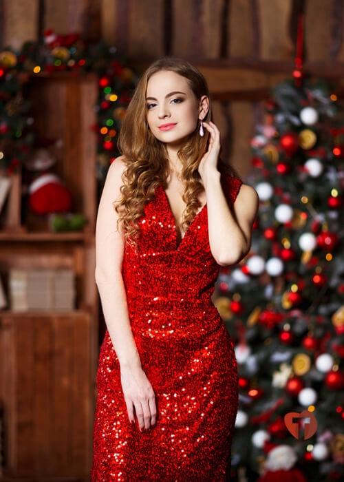 Девушка в красном платье с украшением