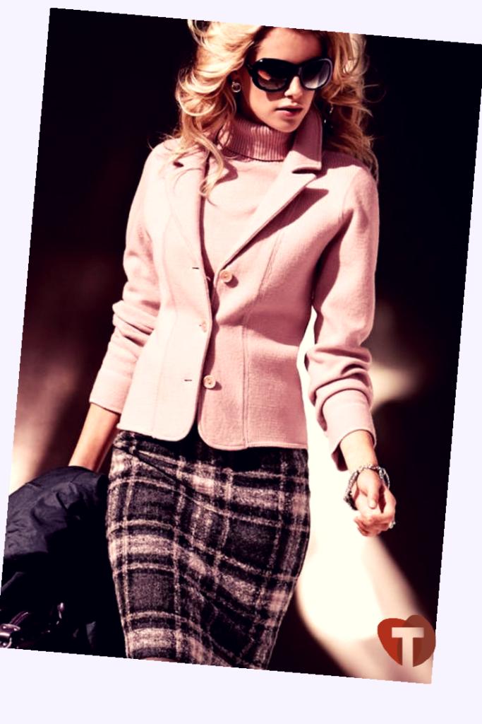 Розовый пиджак и юбка в клетку - классика