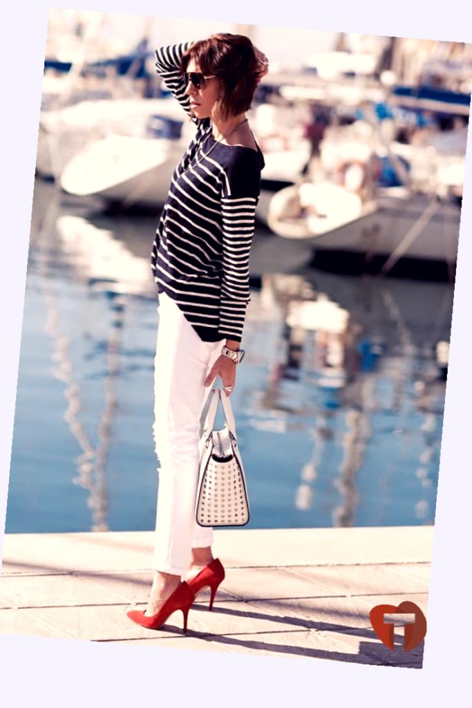 Девушка в морском стиле