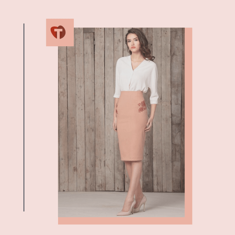 Светлокоричневая юбка карандаш с белой блузой